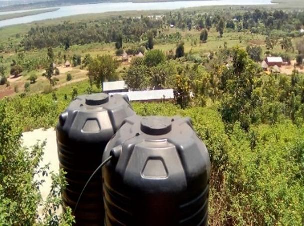 De bovengronde watercontainers